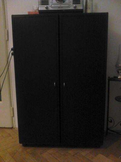 Pěkná černá skříň