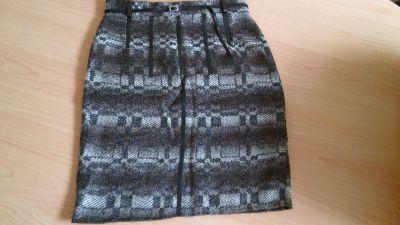 Sukně s koženkovou aplikací.