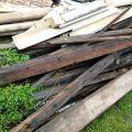 Daruji dřevěné trámy, latě a desky na spálení.