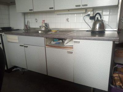 Stará sektorová kuchyně ze 70. let po částečné renovaci.