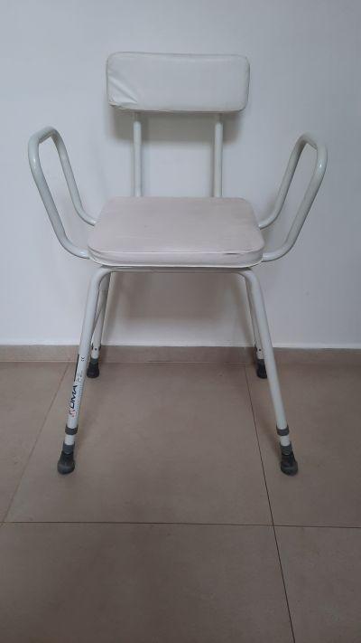 Výškově nastavitelná židle s madly