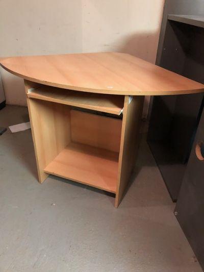 rohový (počítačový) stolek