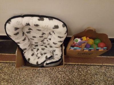 Dětské hnízdo a pár hraček