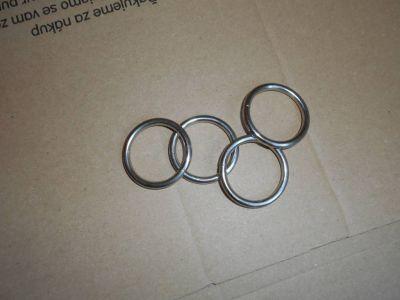 4 kovové kroužky na ubrousky