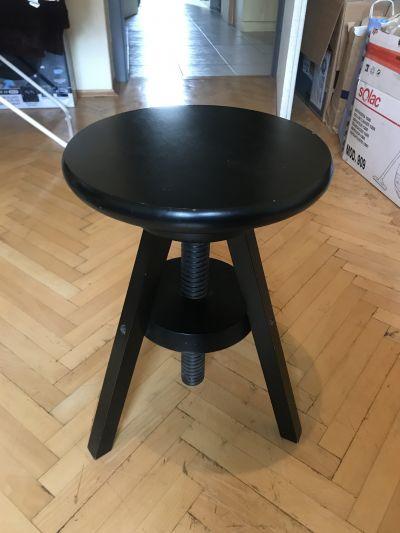 Stolička s nastavitelnou výškou