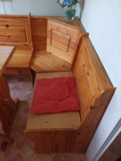Lavice se stolem a dvě židle