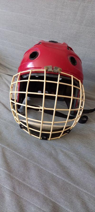 Hokejová brankářská helma