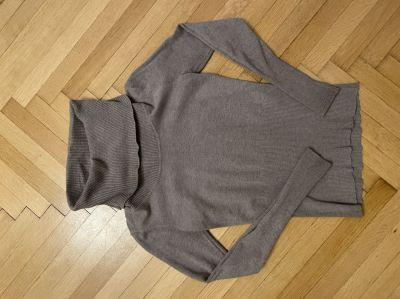 Béžový svetr s velkým rolákem