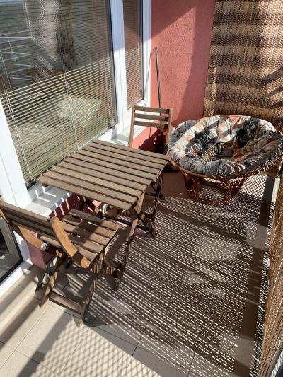 Stolek a židle na balkon