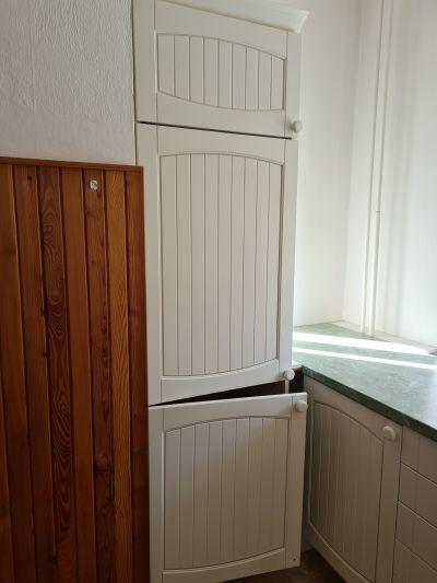 Starší kuchyňská linka včetně ledničky