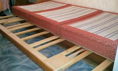Starší dřevěná postel
